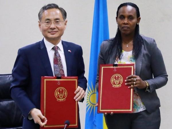 中国和卢旺达签署无偿援助合作协定